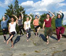 Sieben der neun in der Ausbildung befindlichen Ärztlich geprüften Yoga-Kursleiter von 2017